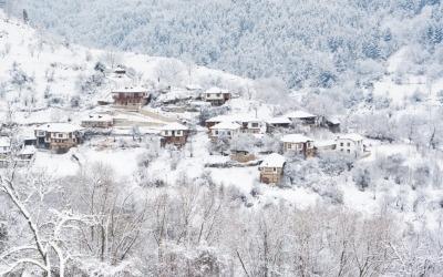 Petit village de montagne en hiver immo-bulgara